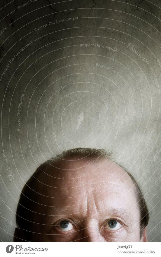 Streck Dich! Mann Porträt Stirn Glatze Wachstum Blick Kopf Gesicht Auge Falte Haare & Frisuren Teil vom Kopf aufwärts Verkehrswege recken zu klein drüberschauen