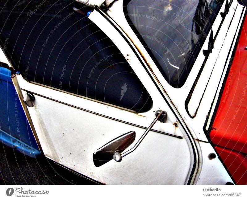 Ente Gebrauchtwagen Tricolore Oldtimer Verkehr 2cv PKW blau weiß rot mehrfarbig Autotür Rückspiegel Windschutzscheibe klassisch typisch Patriotismus Wahrzeichen