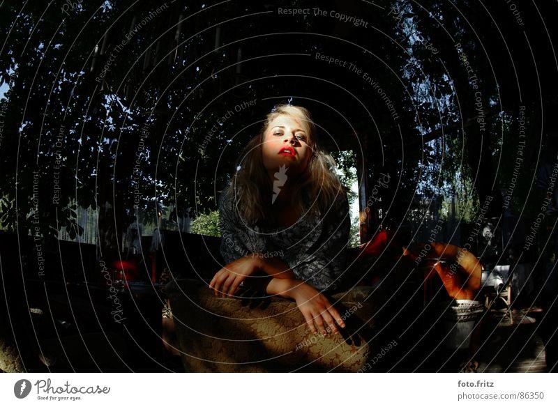 frau mit roten lippen eitel unterwürfig demütig Frau blond Lippen Einsamkeit ernst Hoffnung schön lässig Licht Lichtstimmung lieblich Optimismus Porträt