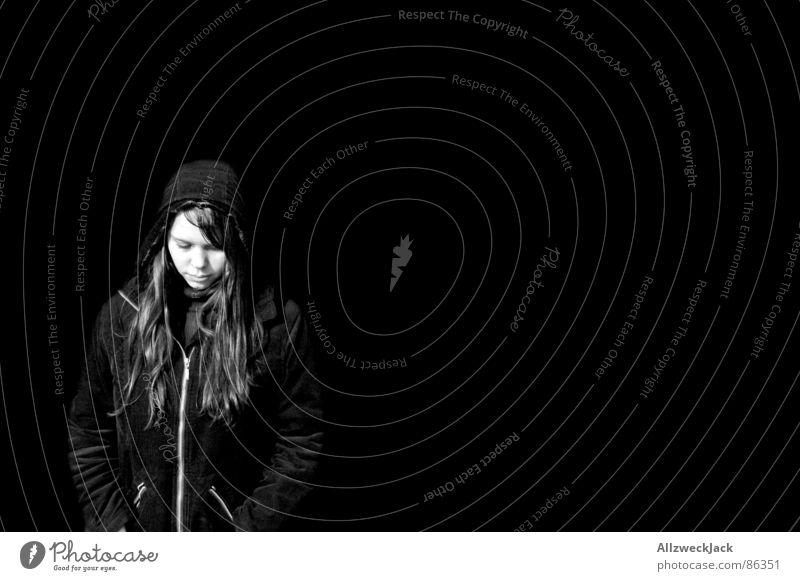 Black is Black Randgruppe Frau schwarz Außenaufnahme schwarzhaarig Sommersprossen Porträt Kapuze Anorak langhaarig Einsamkeit Trauer Ausweg Konzentration