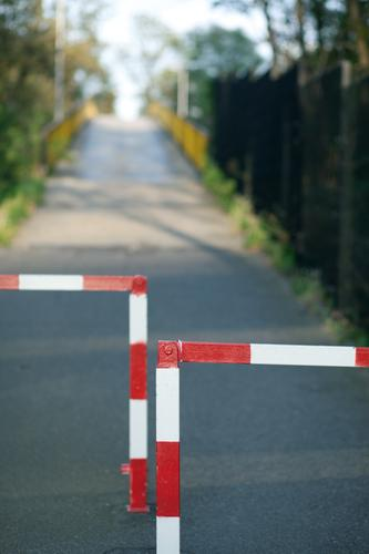 da muss man durch Verkehr Verkehrswege Wege & Pfade Brücke Barriere rot Perspektive Sicherheit Ziel Zukunft aufwärts Steigung Verkehrssicherheit langsam
