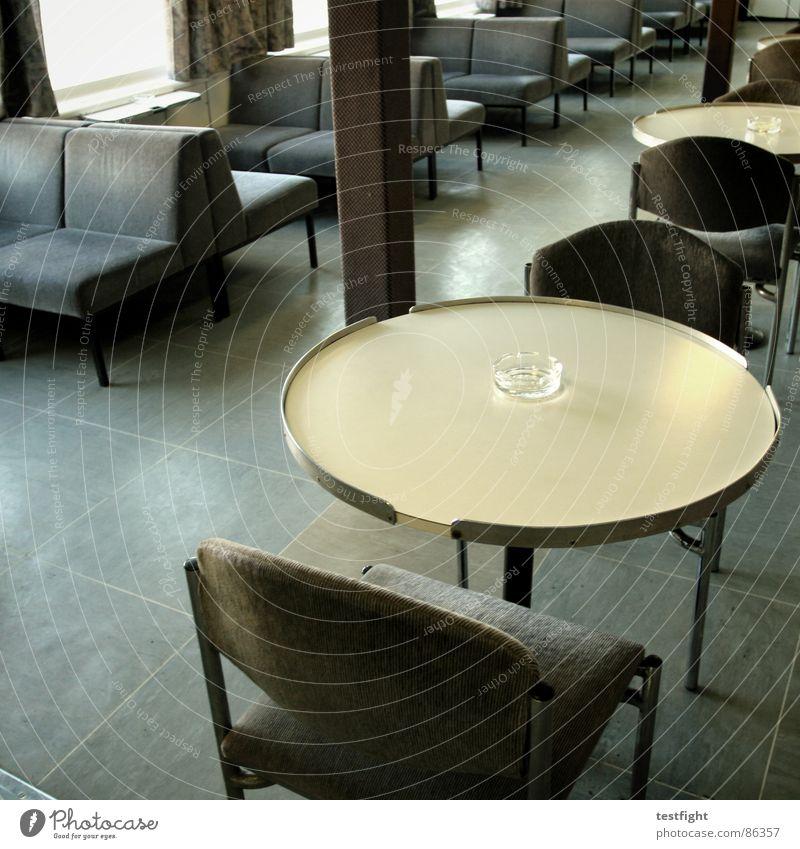 sitzgelegenheit mit aschenbecher II grau braun Wasserfahrzeug Tisch Stuhl Bank Rauchen Schifffahrt Sitzgelegenheit Festessen Siebziger Jahre Fähre ankern altmodisch Achtziger Jahre Laminat