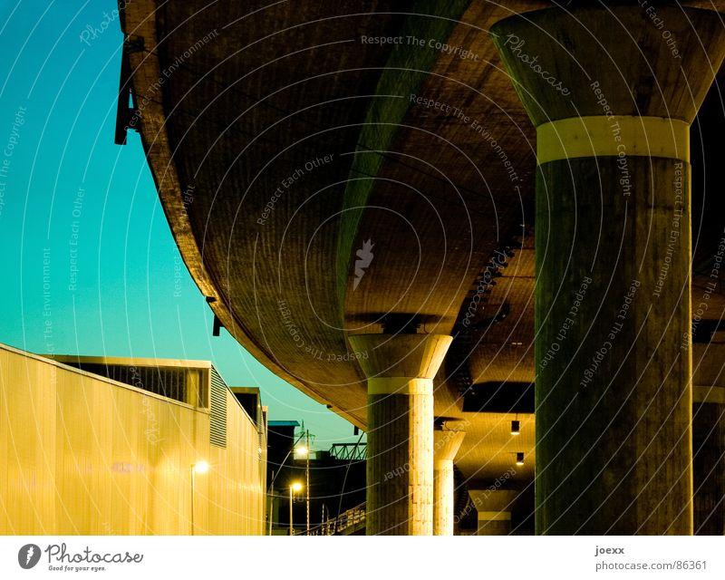 --( | i__| Straßenverkehr Brückenpfeiler Stadt oben unten Fabrik fahren Fernstraße Lagerhalle Lagerhaus Fertigungsanlage Schnellstraße Straßenbeleuchtung