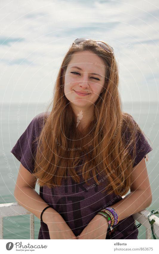 zufriedenes Grinsen Mensch Frau Himmel Natur Jugendliche Meer Erholung Junge Frau Wolken 18-30 Jahre Erwachsene Leben feminin Haare & Frisuren Glück Gesundheit