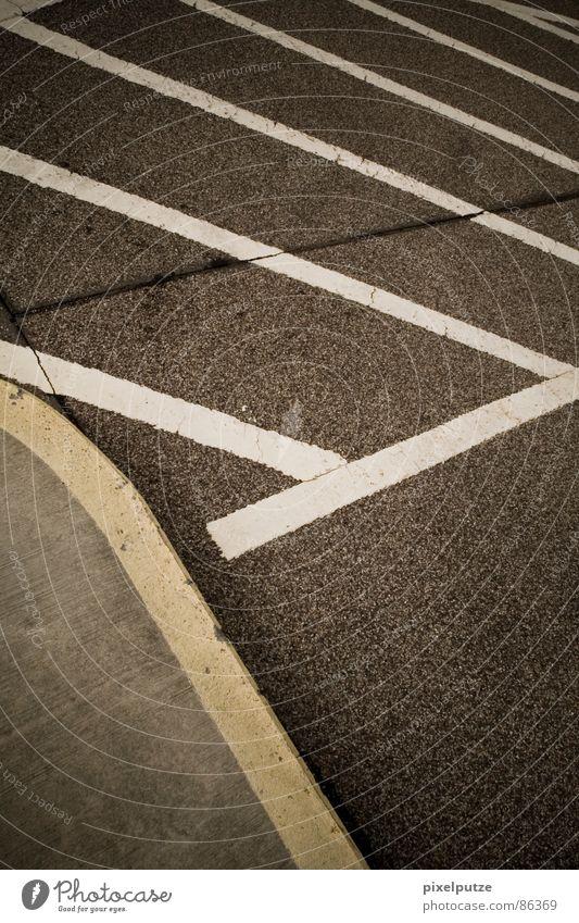 parkplatzsuche | Linienstärke Parkhaus Asphalt gelb grau schwarz graphisch Richtung Leitsystem Symbole & Metaphern Kraft gleich harmonisch stark gebraucht