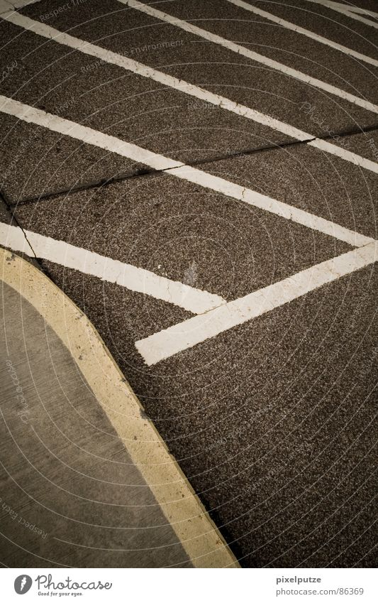 parkplatzsuche | schwarz gelb Straße Farbe Leben grau Wege & Pfade Wärme Linie Zufriedenheit Schilder & Markierungen verrückt Kraft Perspektive