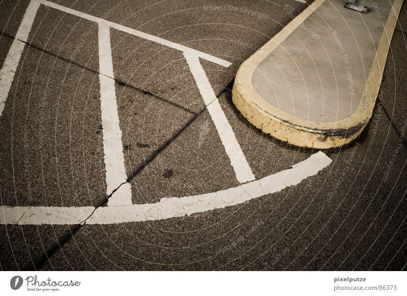 parkplatzsuche || Linienstärke Parkhaus Asphalt gelb grau schwarz graphisch Richtung Leitsystem Symbole & Metaphern Kraft gleich harmonisch stark gebraucht