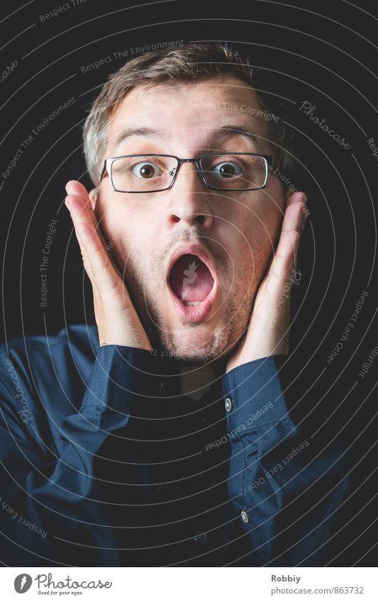 le cri maskulin Junger Mann Jugendliche Erwachsene 1 Mensch 18-30 Jahre Hemd Brille schreien verrückt blau schwarz Angst Entsetzen Todesangst Stress staunen