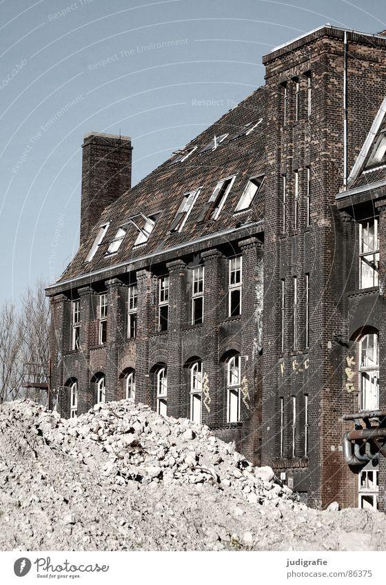 Industrieromantik notleidend Ruine Fassade Backstein Verfall Hannover Fabrik Gummi Macht historisch Schicksal Krieg nutzlos sinnlos Altmaterial Rost Angst