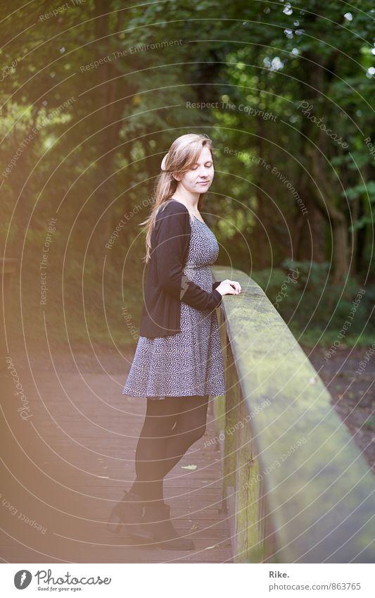 In Gedanken verschwinden. Mensch feminin Junge Frau Jugendliche Erwachsene Körper 1 18-30 Jahre Natur Park Kleid blond langhaarig Denken Erholung stehen träumen