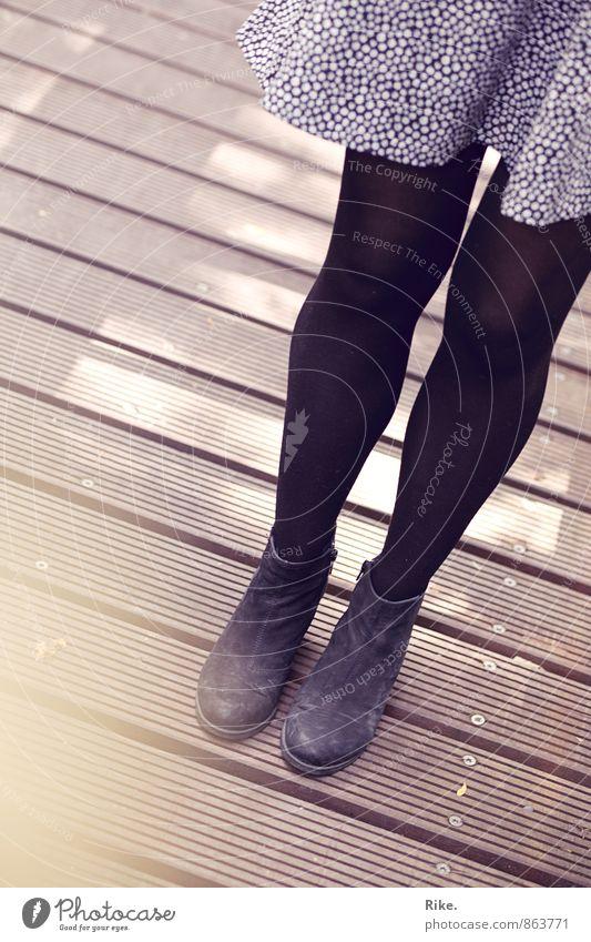 Stehen bleiben. Lifestyle Mensch feminin Junge Frau Jugendliche Erwachsene Beine 1 18-30 Jahre Herbst Mode Bekleidung Rock Kleid Schuhe Stiefel Holz stehen