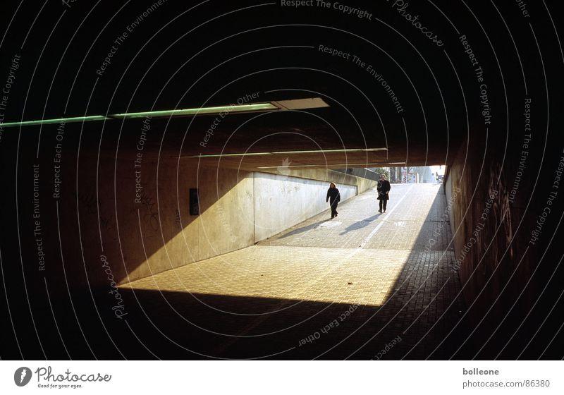 Licht und Schatten Mensch Einsamkeit bedrohlich Tunnel Verkehrswege Düsseldorf Fußgänger
