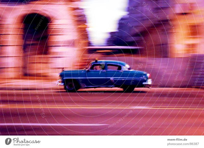 havanna racing Bewegung PKW orange Arme Verkehr leer Freizeit & Hobby Vergangenheit Kuba Nostalgie Abenddämmerung Scheinwerfer Oldtimer vergessen Altstadt Havanna