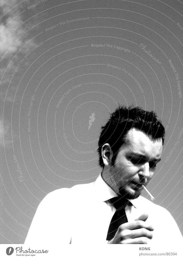 deanesque schwarz Porträt Junger Mann maskulin Bart Zigarette Wolken Krawatte Rauchen Mensch Manneskraft Schwarzweißfoto Sommer hoher kontrast manhood manly b/w