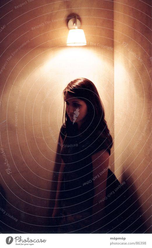 hell und dunkel Frau Mensch Winter schwarz Einsamkeit Farbe Lampe Wärme braun Raum Beleuchtung Perspektive Romantik stehen