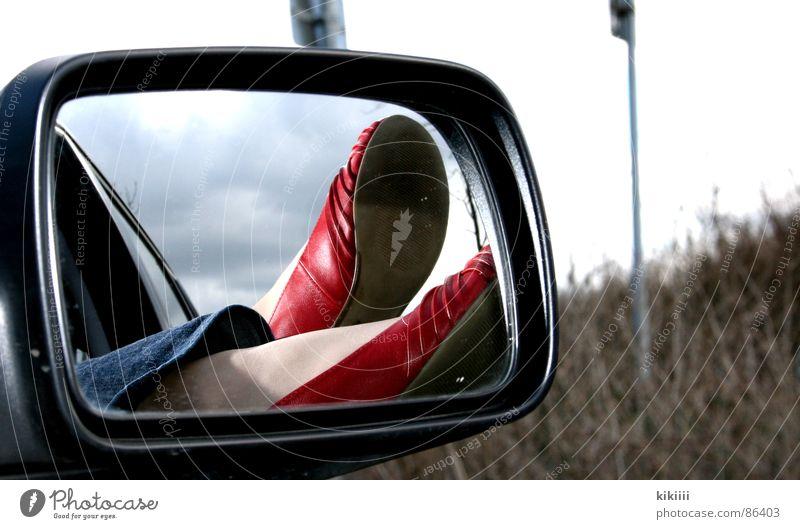 Spieglein, Spieglein,... Schuhe rot Spiegel klein schwarz Sommer hängen Fenster Erholung Außenaufnahme Selbstportrait Freude Langeweile PKW Freiheit Wärme