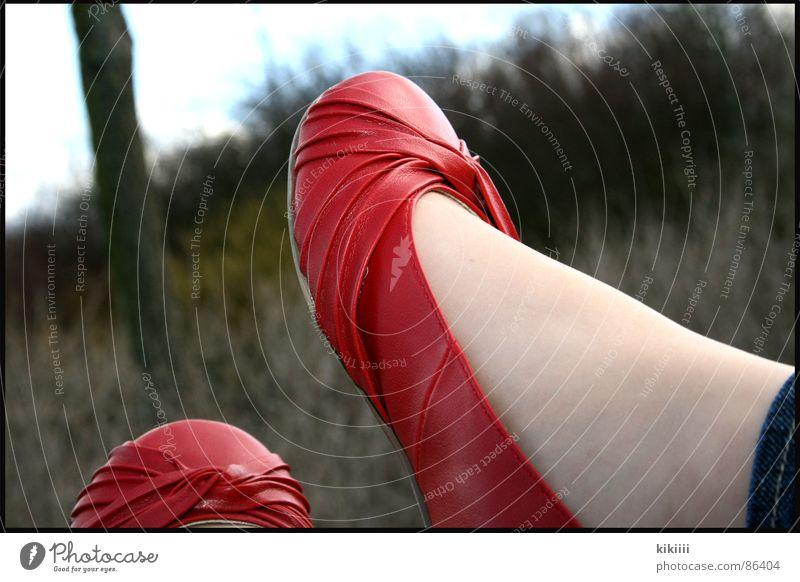 das mädchen mit den roten schuhen Schuhe schwarz Spiegel hängen Fenster Sommer Physik Außenaufnahme Selbstportrait Langeweile Bekleidung entspanung Wärme