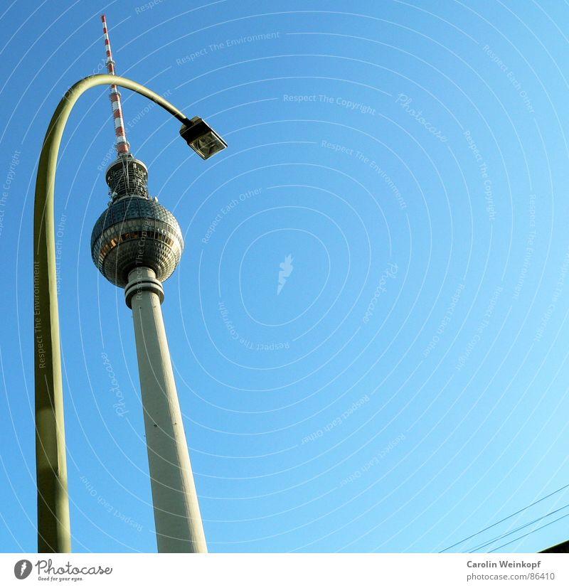 Urbanität I. Himmel schön Berlin springen Linie Klarheit Schönes Wetter Mitte türkis Hauptstadt graphisch Eile Alexanderplatz Zuneigung S-Bahn unruhig