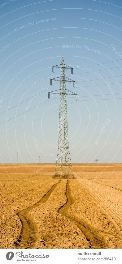 Strommast auf der Flucht Ackerboden Elektrizität Kabel Feld Reifenspuren Hochspannungsleitung Traktorspur Industrie Leitung Spuren Schönes Wetter Himmel
