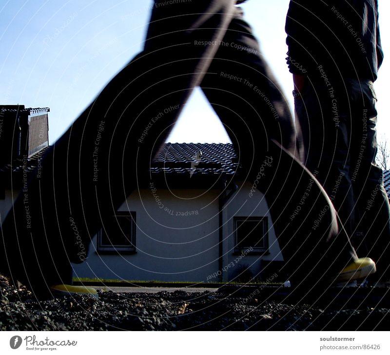walking gehen stehen Sommer Schuhe Fenster Haus stagnierend Kies Froschperspektive Spaziergang Aufenthalt gelb Gummistiefel Hosentasche Mensch Himmel Stein