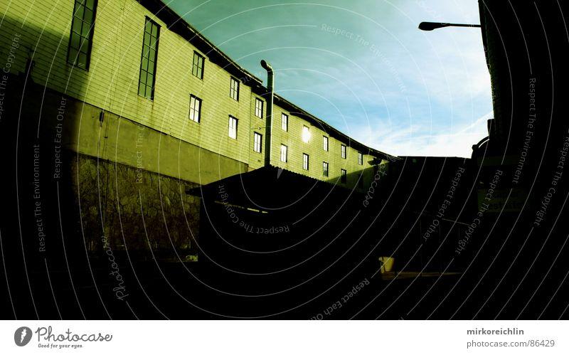 Fabrikgebäude grün Haus schwarz gelb Fenster Glas Industrie Baustelle türkis Kunstwerk Fertigungsanlage