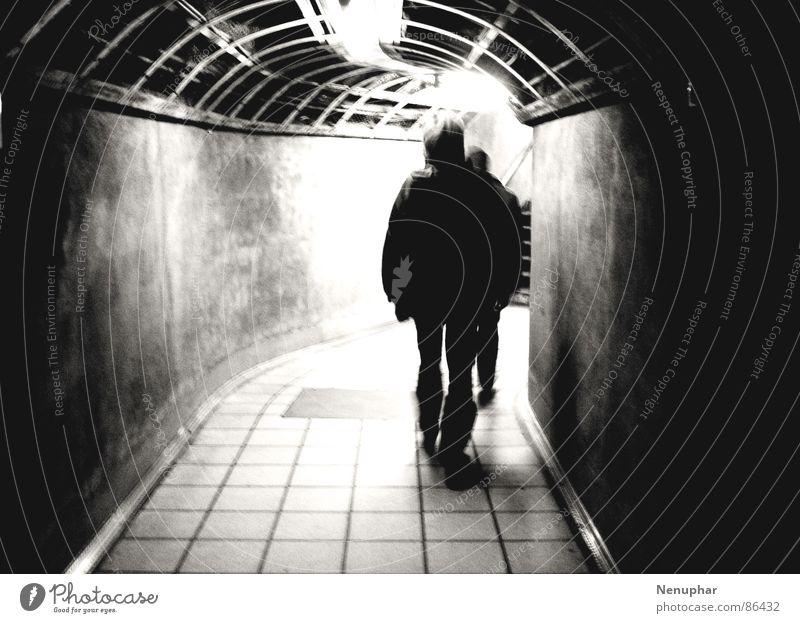 Leaving Einsamkeit dunkel verfallen Tunnel U-Bahn Eingang aufwärts Erwartung Überraschung London Underground Untergrund unterirdisch verfolgen Verfolgung