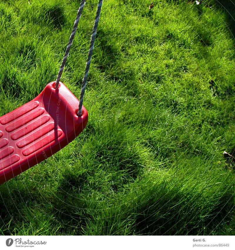 Stückchen Schaukel Halm hell Sonnenlicht Flutlicht Sommer grün giftgrün Quadrat Gras Wiese Liegewiese frisch saftig rot Schnur Halt Spielen Frühling