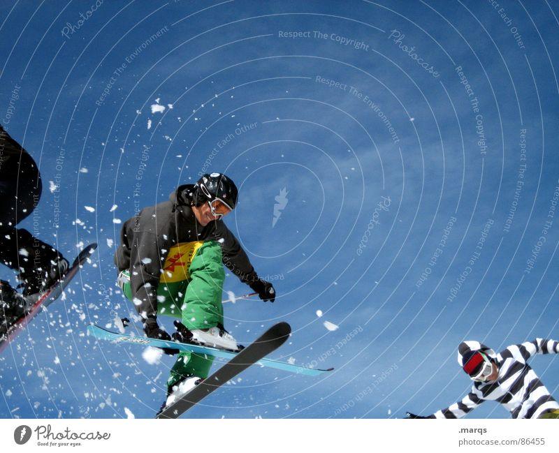 Drei[er]sprung Mensch kalt Berge u. Gebirge Bewegung Schnee Sport lachen springen Geschwindigkeit Körperhaltung sportlich Konzentration Mut Skier Dynamik Stiefel