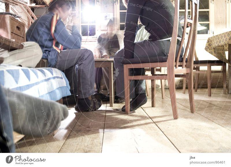 relaxter Abend Bett Sofa Bettdecke Strümpfe Holz Konzentration Spielen Brettspiel Gesellschaft (Soziologie) kopflos Tisch Fenster Licht Parkett lernen