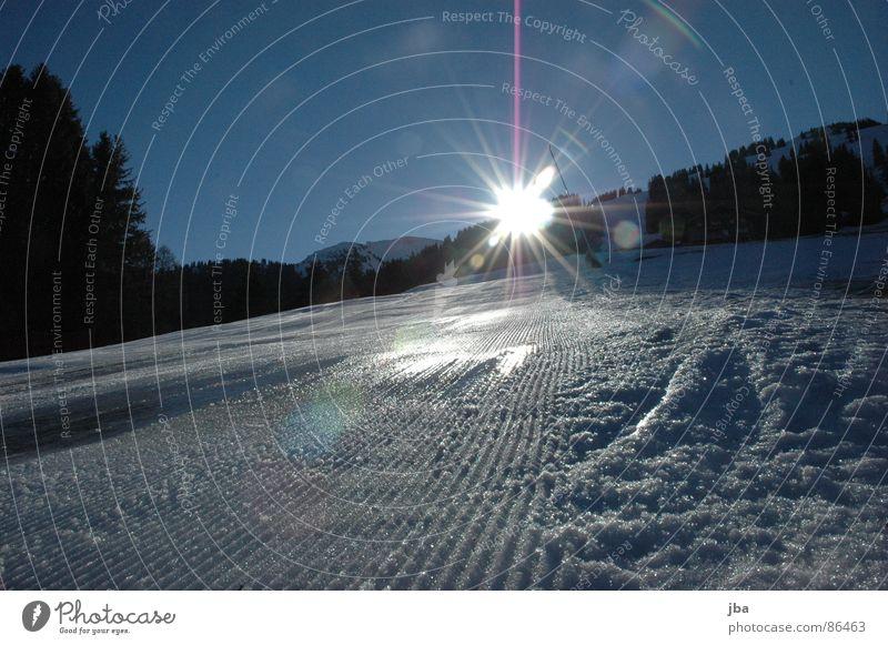 Gegenlicht Kunstschnee Eisfläche frisch Morgen Am Rand Licht Sonnenaufgang Tanne Wald schön Wintersport unverfahren die ersten Pistenrand Schnee Skipiste Glätte