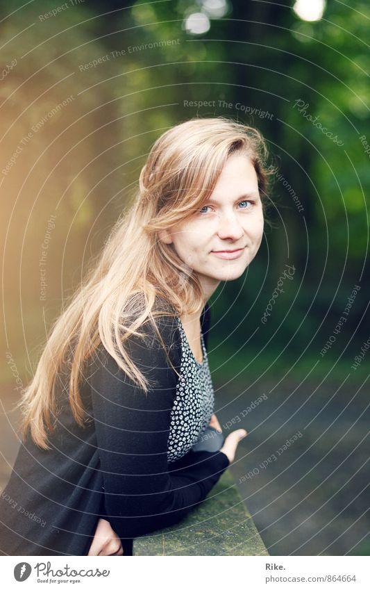 Freundin. Mensch feminin Junge Frau Jugendliche Erwachsene Gesicht 1 13-18 Jahre Kind 18-30 Jahre Park Haare & Frisuren blond langhaarig Lächeln träumen