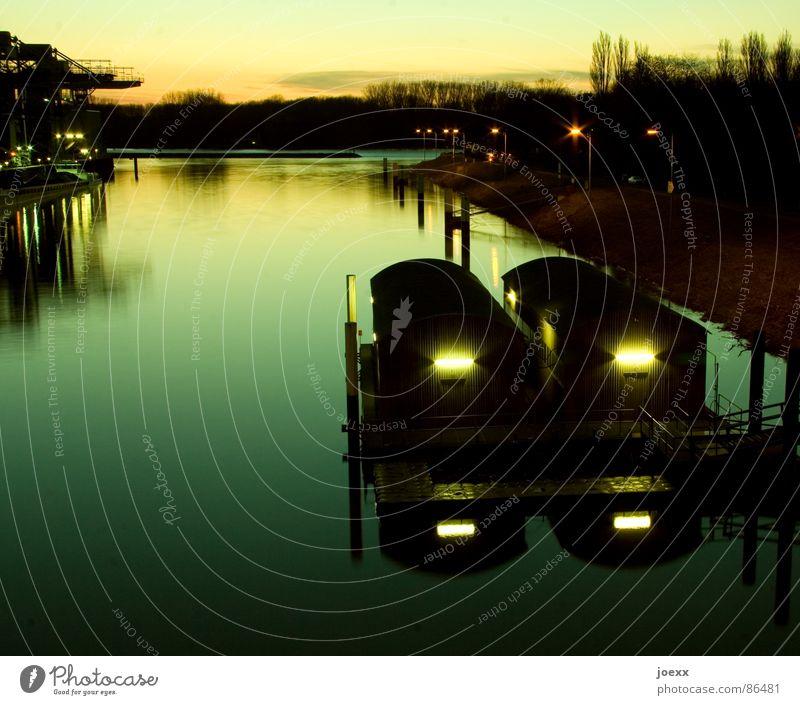 Bootshaus Abend Abenddämmerung Ankerplatz Fluss Garage Horizont Langzeitbelichtung Liegeplatz Neonlicht Sonnenuntergang Elektrizität Wasserstraße Schifffahrt