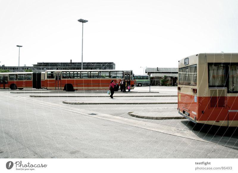 warten Mensch Sonne Stadt Einsamkeit fahren Asphalt Kroatien Bahnhof Bus Flucht Fahrzeug verloren Fernweh Süden Teer