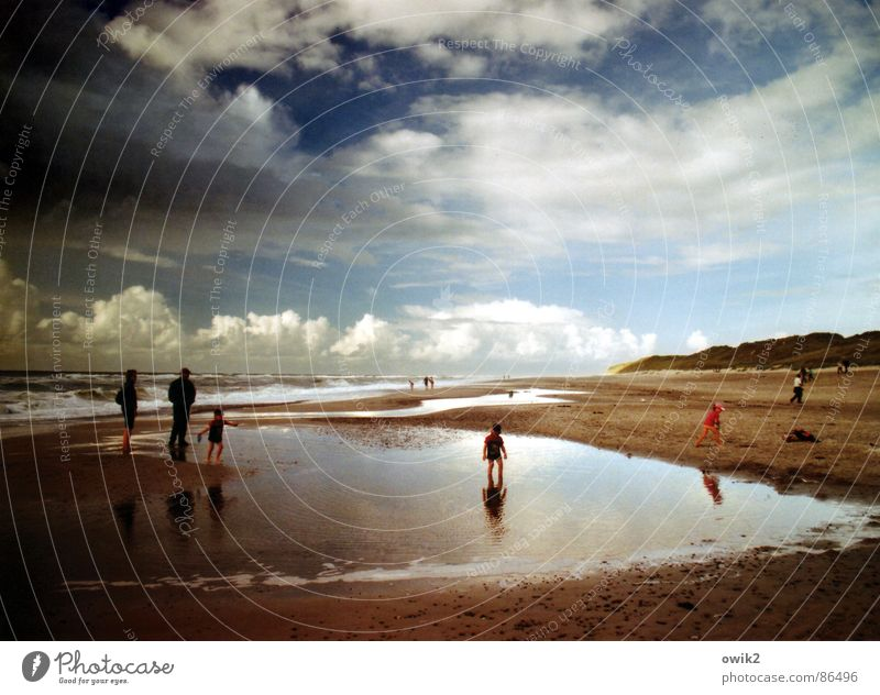 Ins Leben geworfen Mensch Himmel Natur Wasser Meer Landschaft Wolken Freude Strand Ferne Umwelt Erwachsene Junge Spielen Freiheit Schwimmen & Baden