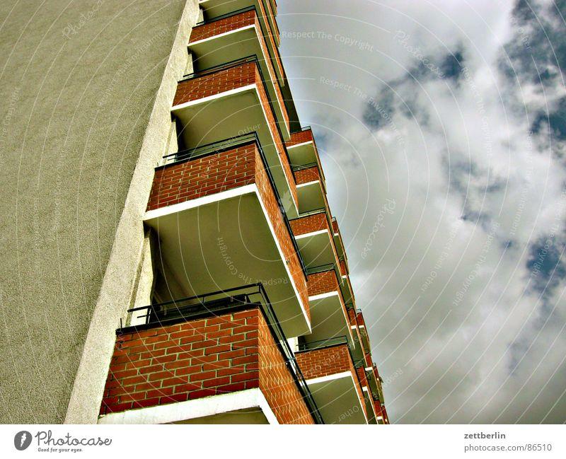 Mittlere Wohnlage V Haus Balkon Froschperspektive Wolken Himmel aufwärts himmelwärts Zentralperspektive Bildausschnitt Anschnitt Wolkenhimmel Wohnhochhaus