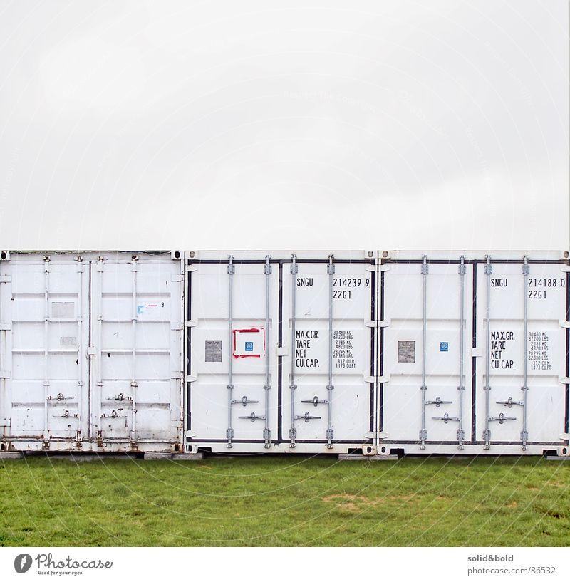 Container-Romantik Füllung Wiese grau Einsamkeit ruhig Neugier ungewiss Gras graphisch Geometrie puristisch Rätsel Design abgelegen grün modern