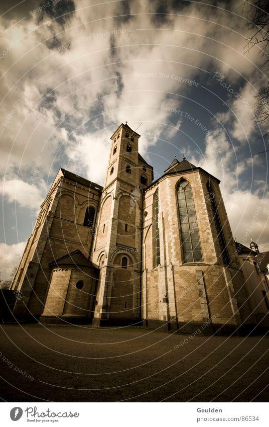 bebauter Gottesacker Himmel Haus Wolken dunkel Stein Traurigkeit Mauer Religion & Glaube Macht Turm Backstein Vergangenheit Geistlicher historisch Meinung