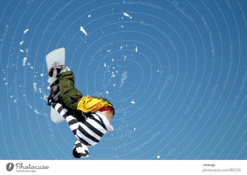 Backflip II kalt Bewegung Schnee Sport springen Freizeit & Hobby Geschwindigkeit Streifen sportlich Konzentration Dynamik frieren gestreift Blauer Himmel rotieren Snowboard
