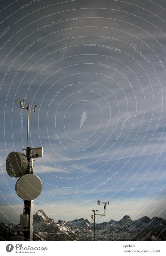 Der Gipfel der Observation Bergstation grau Windmesser Antenne Radarstation Parabolantenne beobachten Stab Plattform Aussicht Wintersport Wetter kalt frieren