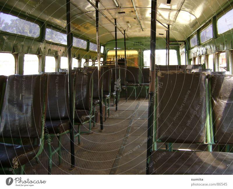 Indischer Bus im Ausnahmezustand grün Einsamkeit Fenster Straßenverkehr Verkehr leer Platz Güterverkehr & Logistik Bank Station Bahnhof Indien Bus Fahrzeug Sitzgelegenheit Verschiedenheit