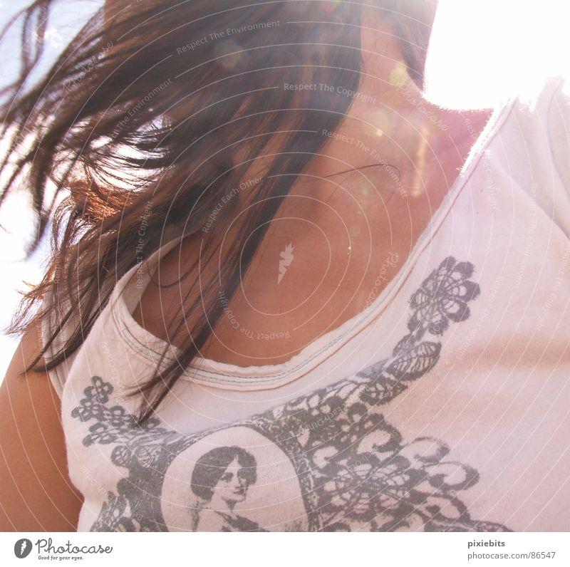 windswept Frau Sommer Freiheit Haare & Frisuren Wind Haut rosa Dekoration & Verzierung Brust Dame brünett Schönes Wetter Top Hals Kinn luftig