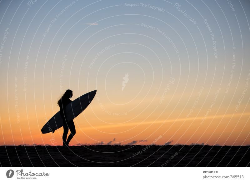 surfer girl Mensch Himmel Ferien & Urlaub & Reisen Jugendliche Sommer Meer Junge Frau Freude Strand schwarz feminin Sport Stil Haare & Frisuren Freiheit