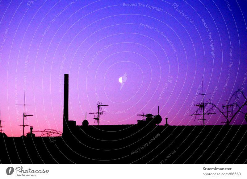 Der Siebte Himmel? Fensterblick Licht Morgen Mondschein Dach Fabrik Industrielandschaft Industriefotografie rot Roter Himmel Blauer Himmel Antenne schön