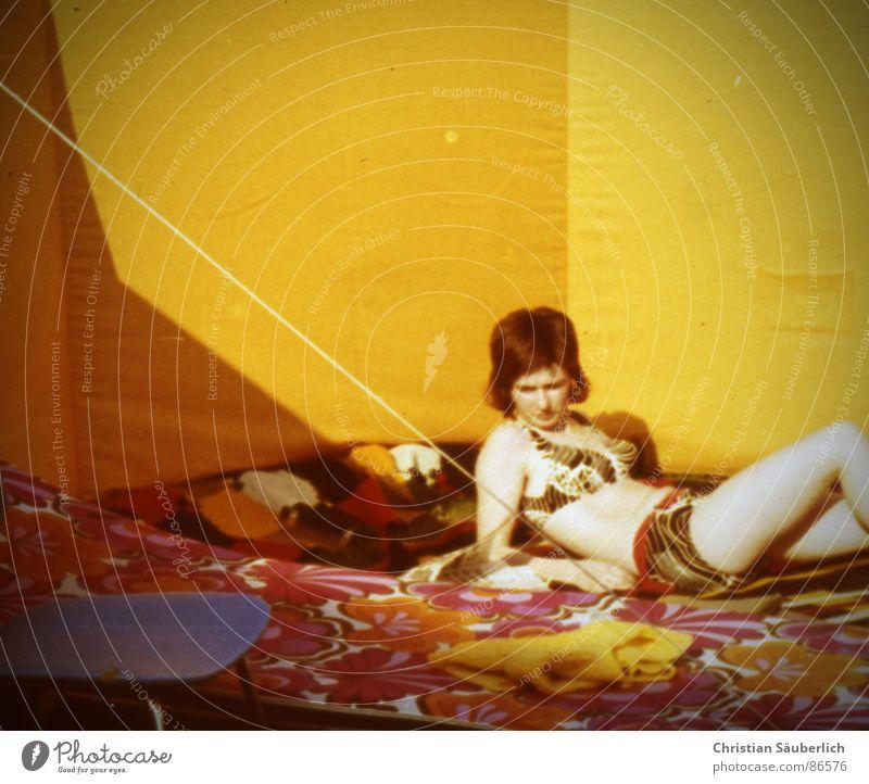 DIE GOLDENEN 70ER Frau Sonne Sommer gelb retro Stuhl Bikini Seele Wetterschutz Badebekleidung