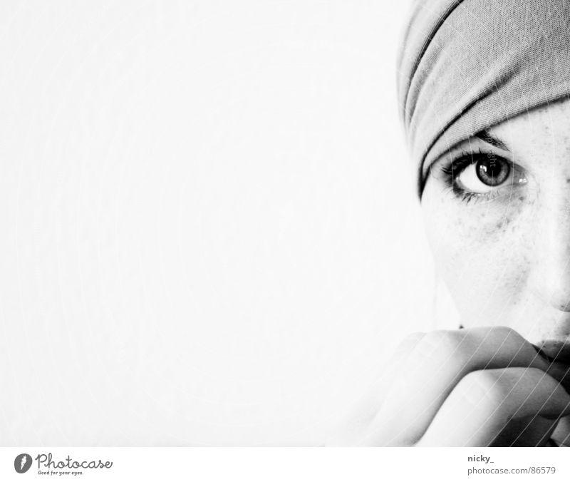 million faces Finger Hand schwarz Frau frankee Gesicht Angst Einsamkeit Tuch eye Nase black white Klarheit clear nicky