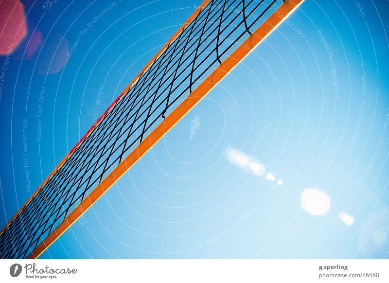 der sommer im netz! Sommer Spielen Sonnenstrahlen Lichtfleck Sport Kampfsport Volleyball Netz Himmel Blendenfleck