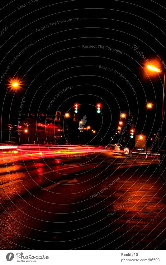 Mitternachtstraum dunkel Straße Beleuchtung Lampe Linie träumen modern geheimnisvoll fahren Verkehrswege Blitze Lastwagen Scheinwerfer unsichtbar Autobahn