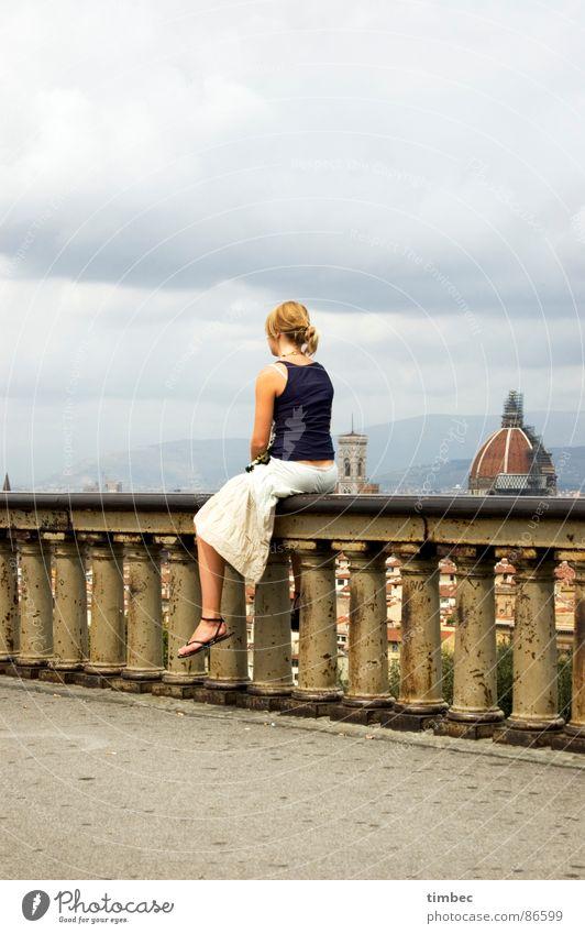 it's a beautiful day! Florenz Länder Süden historisch Dinge Italien Frau Mauer Denken Top Himmel Hochformat Kuppeldach dunkel schön Erinnerung Sehnsucht Heimweh