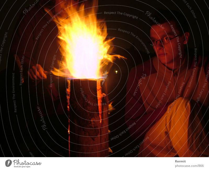 Blick in die Ewigkeit Nacht verträumt Schwedenfeuer Langzeitbelichtung Mensch Brand