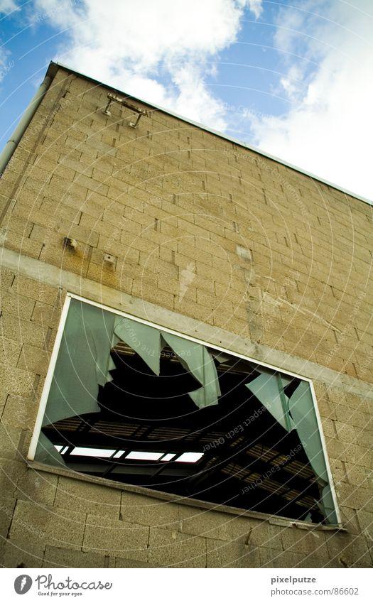 luftiger durchblick eskalieren Fenster Fensterscheibe Glasscheibe gebrochen kaputt Glassplitter Haus Lagerhaus krumm Durchblick verfallen Sonnenstrahlen dunkel
